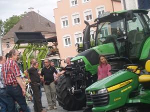 Egal ob im Verkaufsraum oder auf Messeveranstaltungen: Interessenten können sie immer über die Neuerungen der Landtechnik informieren. Foto: Bachmaier