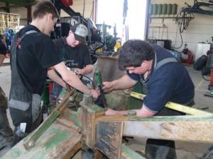 Die Reparatur von Maschinen ist einer der Bereiche, den die Fa. Bachmaier in Menning anbietet. Foto: Bachmaier