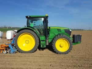 Schneckenkorn-Anbau am Schlepper sorgt für Entlastung bei der Feldbestellung wie das Einsatzfoto von Michael Weidenhiller zeigt.